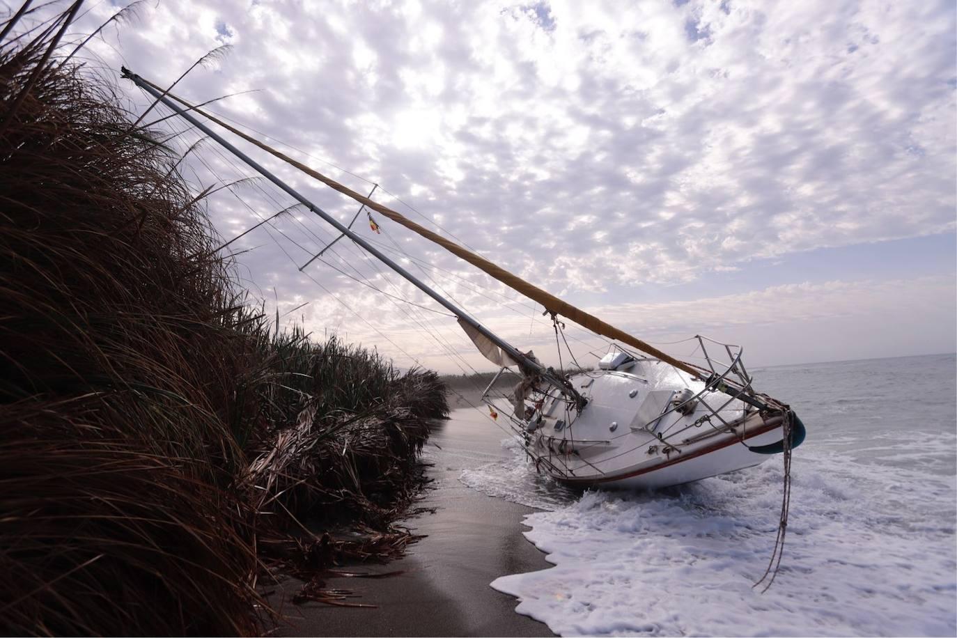 Piden ayuda para sacar un velero de una playa de Salobreña
