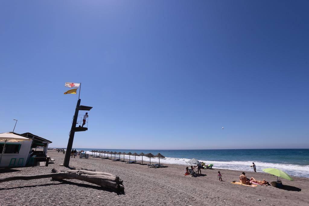 El temporal da un respiro a los bañistas y se impone la bandera amarilla en la Costa Tropical