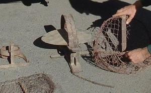 Retiran de un expositor dos cepos metálicos para capturar conejos