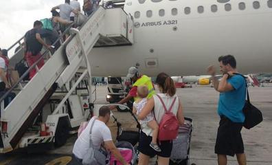 La odisea de los pasajeros de Vueling en Granada: «Cuando estaba a cinco metros del suelo, el avión despegó y nos fuimos a Málaga»