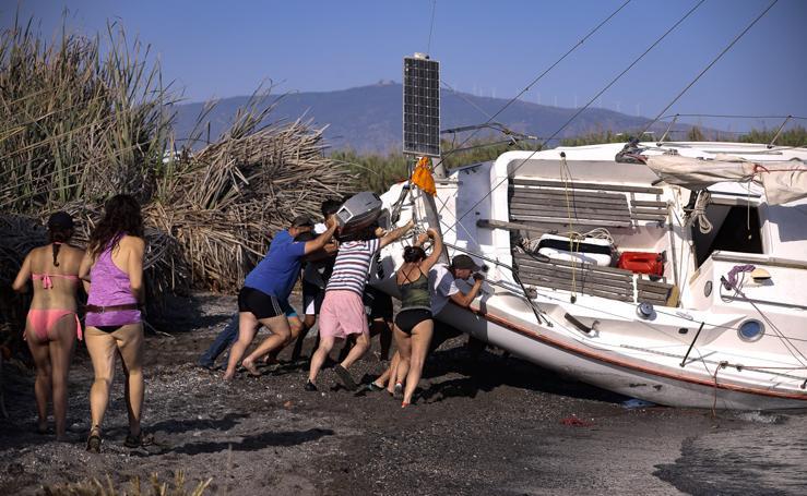 El espectacular reflote del velero varado en Salobreña