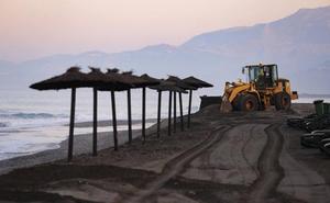 El Ayuntamiento de Motril mete sus máquinas para borrar la huella del temporal en Playa Granada