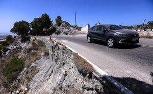La carretera granadina al borde del abismo en la Costa