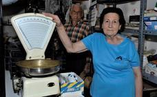 Virtudes López conserva la tienda de todo un poco que defendió durante más de cuatro décadas en Mecina Bombarón
