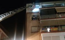 Un desprendimiento de una fachada en Pedro Antonio de Alarcón durante la noche alerta a los vecinos
