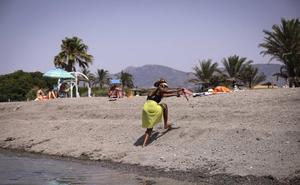 Playa Granada se resiente por la falta de arena