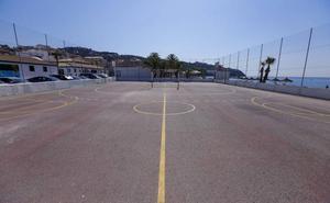 Costas comunica a La Herradura la demolición inminente de su pista deportiva a pie de playa
