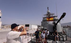 Largas colas para descubrir el buque Infanta Cristina en Motril