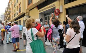 Medio centenar de personas protestan contra la subida de sueldos en el Ayuntamiento de Linares