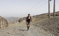 Los participantes en la Ultra Sierra Nevada llegan a Padrollano después de doce horas de carrera