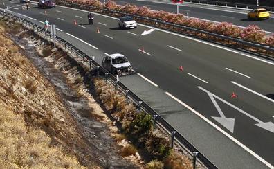 Un coche arde tras averiarse en la A-44 y complica el retorno a Granada desde las playas