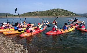 Un centenar de jóvenes del Condado se inician en rafting, paddle surf y piragüismo