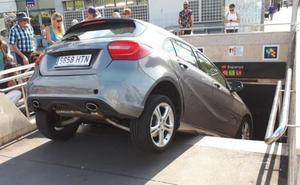 Una mujer empotra su coche en la boca de metro al creer que era la entrada a un parking