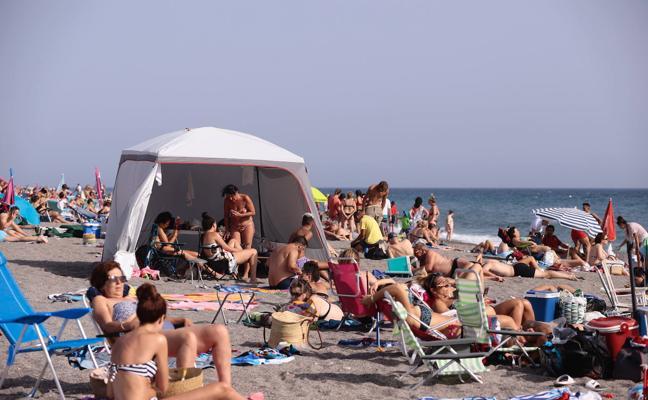 Las playas de Motril cambiarán la normativa en otoño para regular el «abuso» de carpas