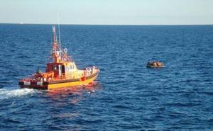Salvamento lleva a Motril a 55 personas rescatadas de una patera al noroeste de la isla de Alborán