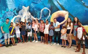 Niños saharauis visitan el parque Loro Sexi y el acuario de Almuñécar