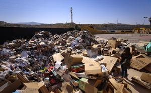Las montañas de basura del ferial de Motril desaparecerán en un par de días