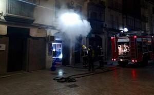 Desalojados 20 vecinos de un edificio en Jaén por un incendio en un 'minimarket'