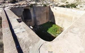 Fallece una joven al caer a una balsa vacía en Almería