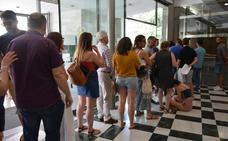 Largas colas en la Delegación de Educación de Granada para consultar el baremo de las oposiciones a maestro