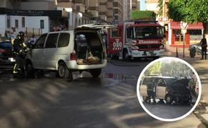 Arde un coche en pleno barrio de Oliveros mientras circulaba