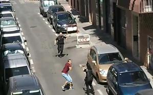 Se abalanza con un cuchillo sobre una policía nacional que llevaba media hora en prácticas