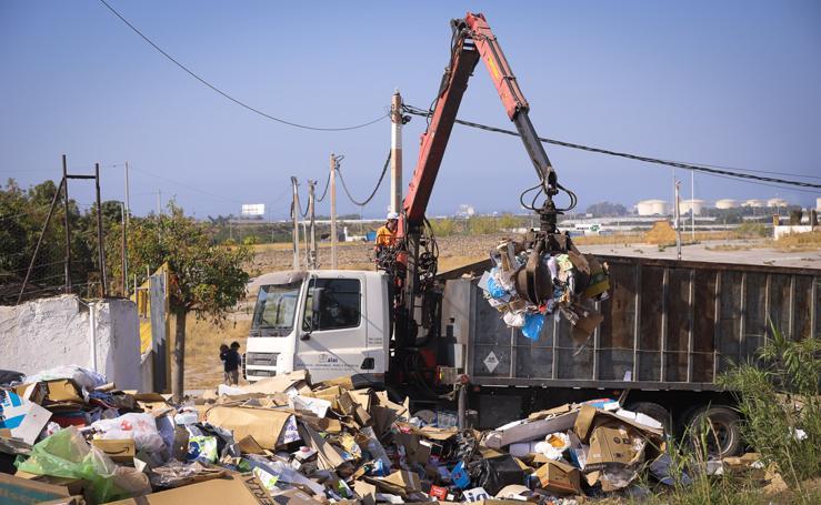 Retiran las montañas de basura del recinto ferial de Motril