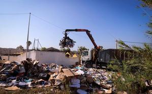 Los camiones empiezan a retirar las montañas de basura del recinto ferial de Motril