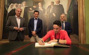 El Ayuntamiento de Granada homenajea al atleta Ignacio Fontes