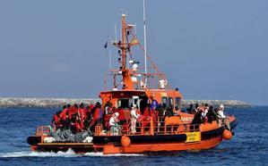 Trasladan a Motril a 122 personas rescatadas de dos pateras en el mar de Alborán