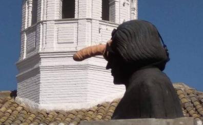 La estatua de Colón en Pinos Puente amanece con un juguete sexual en la frente