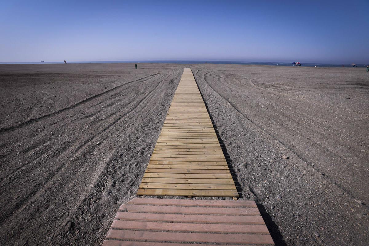 Motril estrena nuevas pasarelas en sus playas