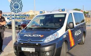 Lo pillan 'in fraganti' en Motril robando un coche, le tira una botella a los policías e hiere a un agente