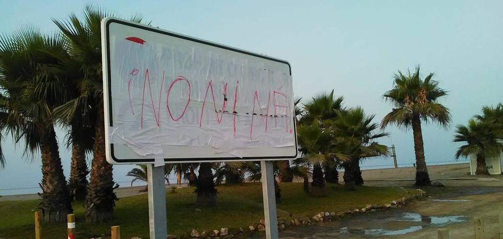 Motril amanece con los carteles de prohibido aparcar en la playa tapados con pintadas