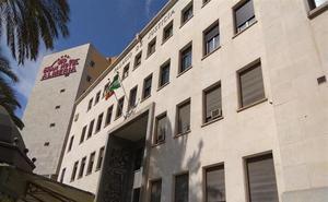 Obras de urgencia para renovar la fachada de la Audiencia de Almería tras varios desprendimientos