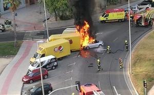 Un joven borracho choca contra un camión en una rotonda y su coche se prende fuego