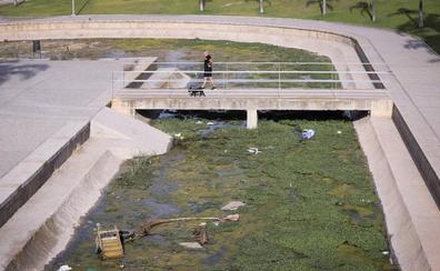 Agua estancada, basura o botellas, en la rambla que atraviesa el parque de las Provincias de Motril