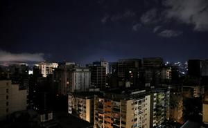 Venezuela se recupera de un apagón que atribuye a un «ataque electromagnético»