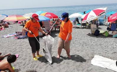 Concienciación sin barreras: una veintena de personas con discapacidad limpian las playas de Salobreña