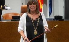 La socialista Núria Marín retira el lazo amarillo de la Diputación de Barcelona