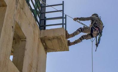Mandos de la Brigada de La Legión se entrenan en técnicas de escalada y rápel