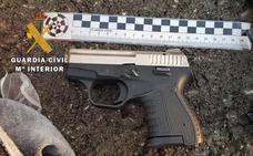 Se saltan un control de la Guardia Civil y lanzan dos pistolas desde el coche en plena persecución