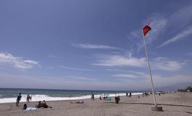 El regreso del temporal de poniente obliga a las playas de Granada a izar la bandera roja