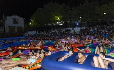 La piscina de Orcera acoge la primera sesión de cine acuático viendo Tiburón desde el agua