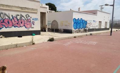 El PSOE denuncia el abandono de las pistas deportivas del barrio de El Puche