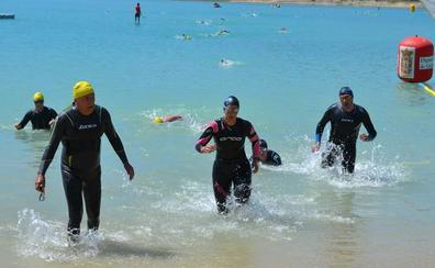 Alberto Esquitino, ganador indiscutible en las nueve travesías a nado de Los Bermejales
