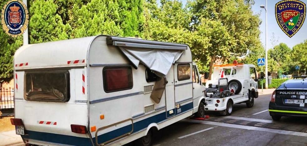 Retiran una caravana ocupada por drogadictos en una calle de Granada por ser «un foco de infección»