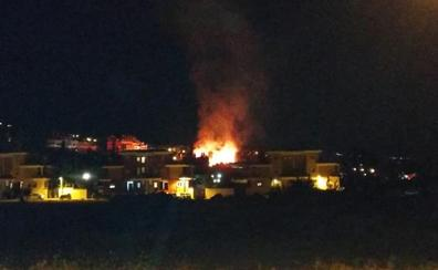 Bomberos sofocan un incendio entre Cájar y el barrio de Monachil