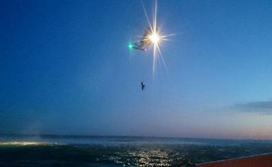 Rescatan a dos náufragos heridos, que fueron embestidos por una embarcación que se dio a la fuga