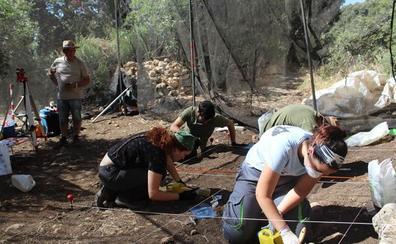 Arqueólogos de la UGR siguen las huellas de los primeros Sapiens del Paleolítico Superior en una excavación en Colomera